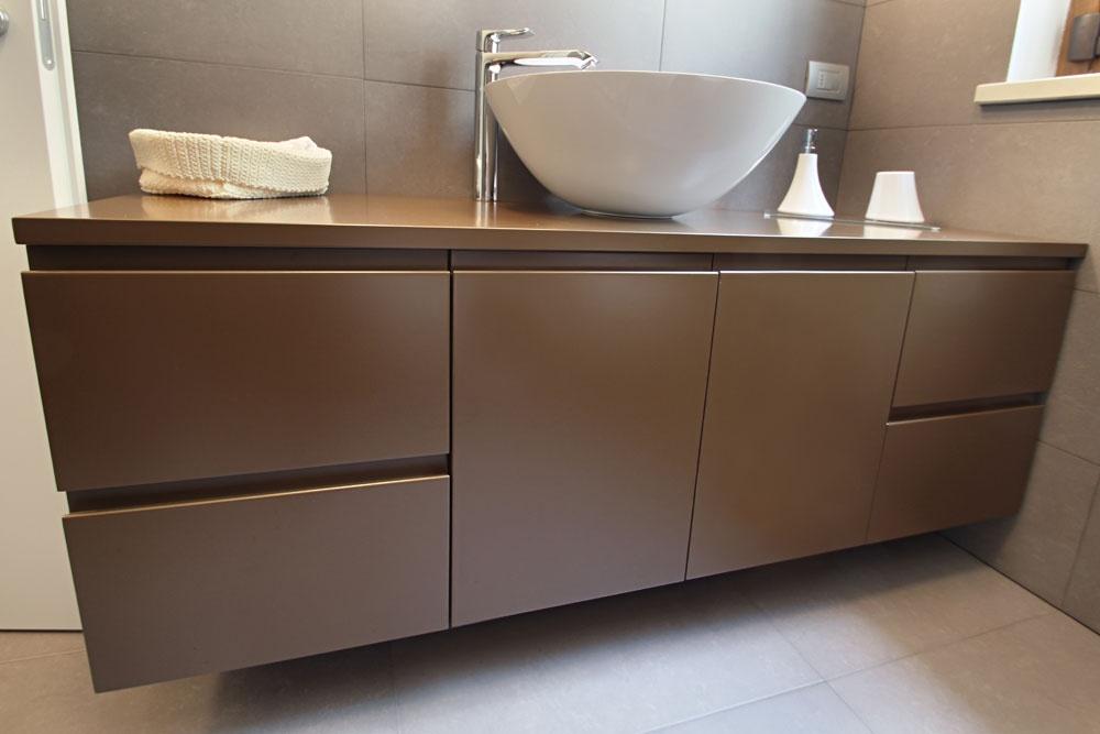 Mobile bagno sospeso laccato con lavabo in appoggio su misura ...