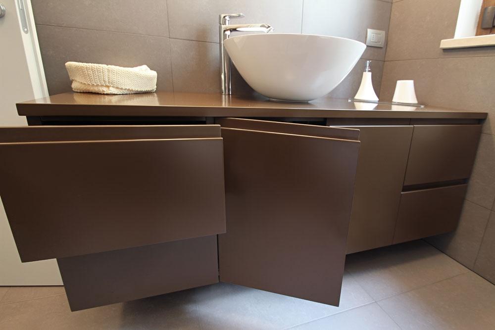 Mobile bagno sospeso laccato con lavabo in appoggio su misura sprea arredamenti - Mobile bagno laccato ...