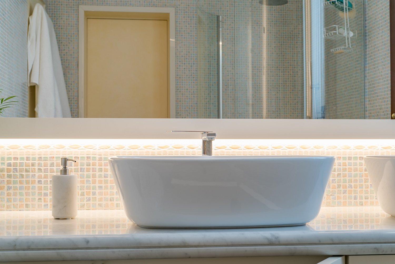 Piano Per Mobile Bagno bagno laccato bianco brillante e piano d'appoggio in marmo