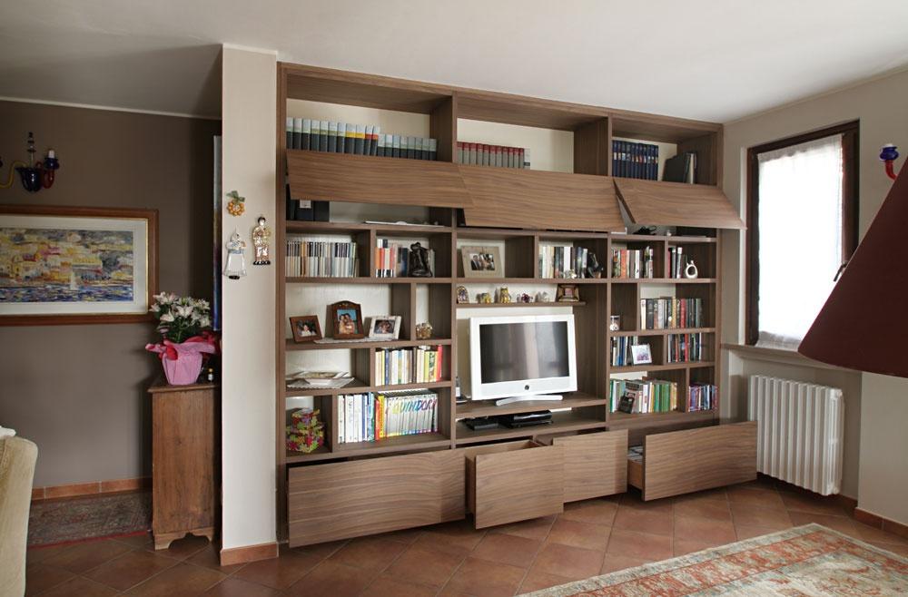 Libreria moderna su misura in noce nazionale e noce segato for Libreria soggiorno moderno