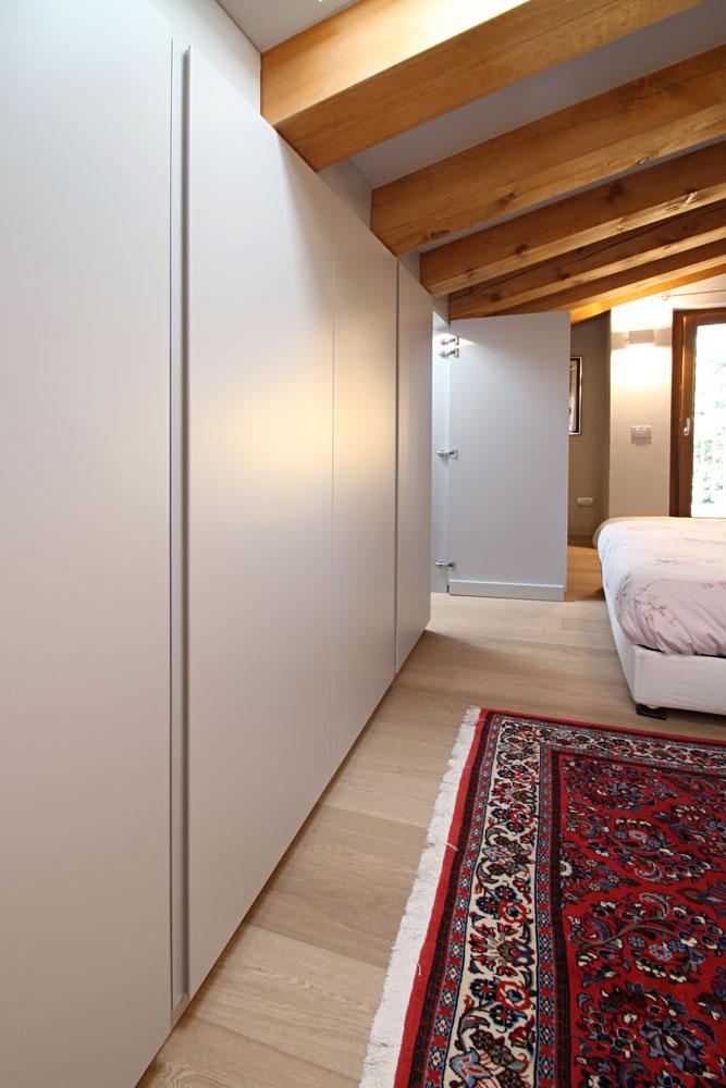 Armadio mansardato su misura con porta di passaggio for Camera da letto usata mantova