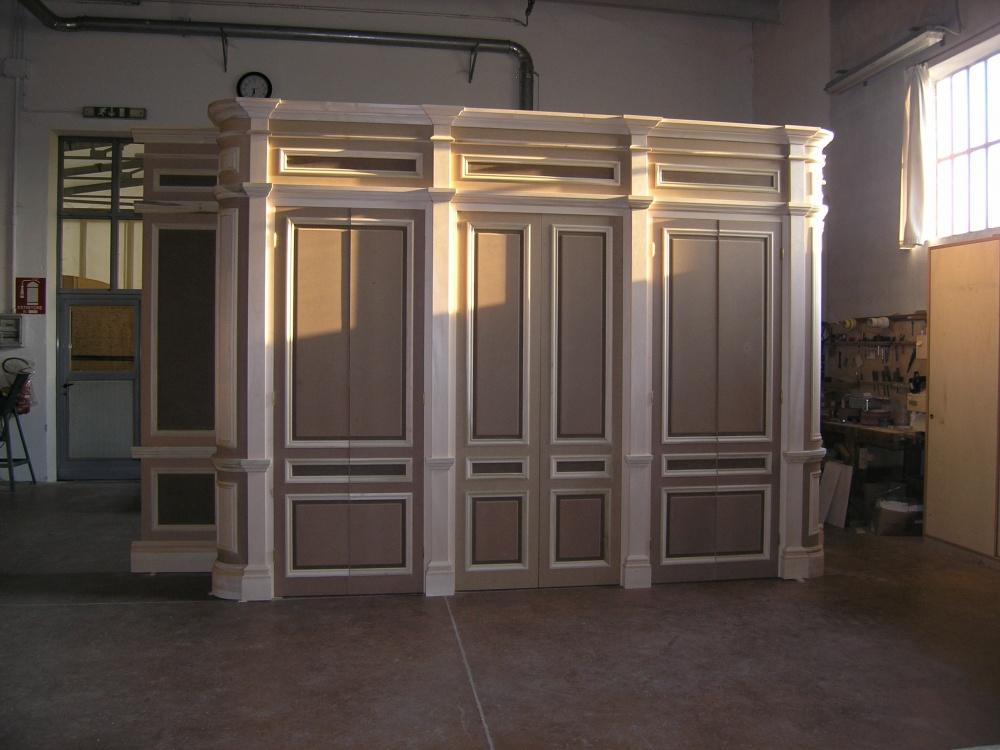 Armadio classico a muro su misura con fianchi curvati e cornici ...