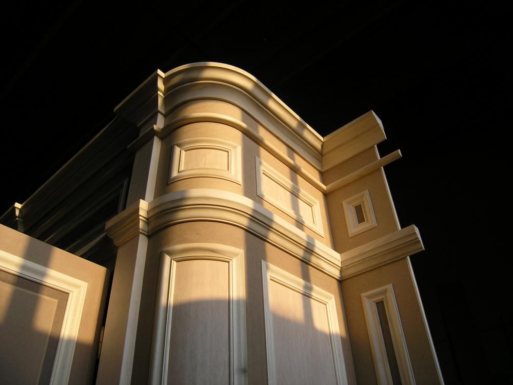 Armadio classico a muro su misura con fianchi curvati e for Misure standard cornici a giorno