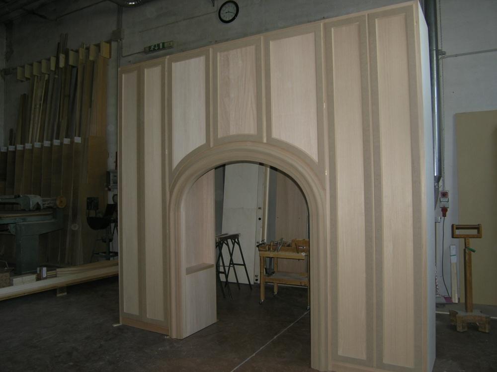 Armadio su misura ad ante a battente e arco sopra porta for Ante a serrandina su misura